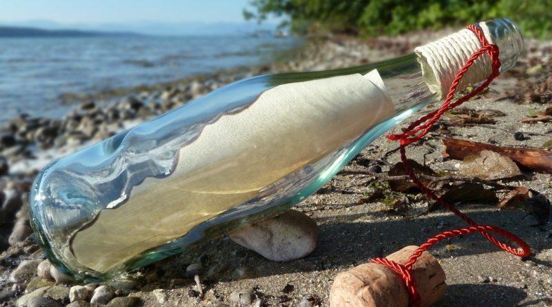 flaskepost på en strand