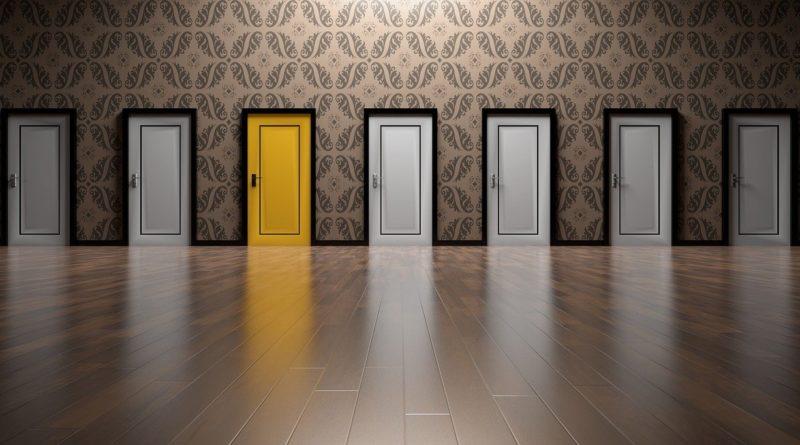illustrasjon av gul dør blant hvite dører