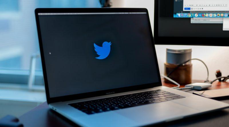 dataskjerm med twitter-ikon på