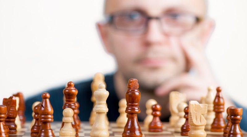 illustrasjon: mann som sitter foran sjakkspill